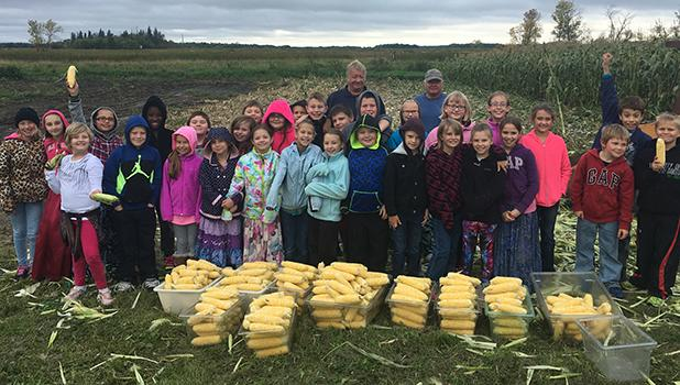 The Win-E-Mac 4th grade classes of Mr. Svalen and Mr. Roragen had a great time at the Vesledahl Farm gathering corn for lunch at the school.